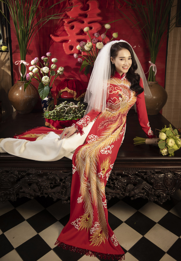 Nhã Phương chia sẻ, cô cảm thấy như sống lại cảm xúc hồi hộp, hạnh phúc khi khoác lên mình bộ áo dài cưới.