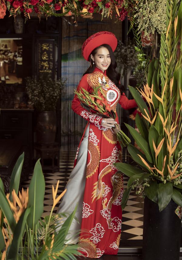 Diễn viên Tuổi thanh xuân mặc áo dài hình rồng, tạo dáng bẽn lẽn như cô dâu sắp về nhà chồng.