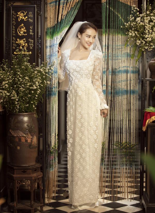 Thiết kế cách tân khoét cổ rộng phù hợp với những người tính cách hiện đại. Kiểu áo dài này từng được ca sĩ Sara Lưu chọn mặc trong lễ thành hôn với nhạc sĩ Dương Khắc Linh.