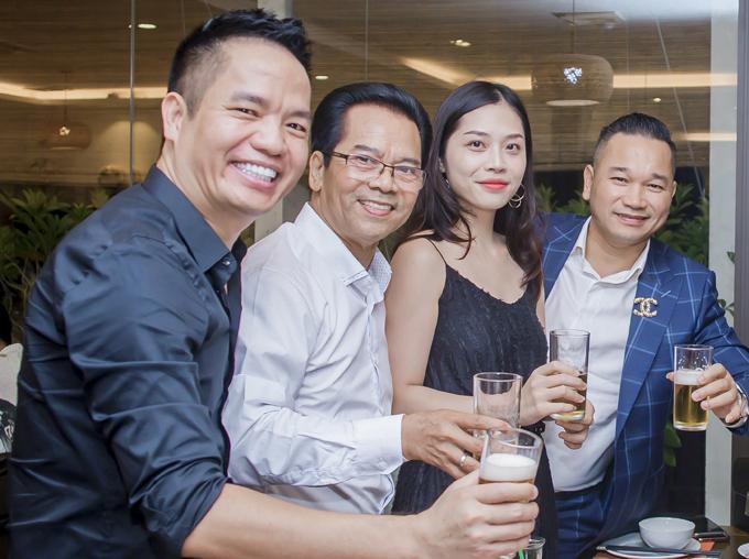 Nghệ sĩ Trần Nhượng (đeo kính) nâng ly uống mừng tuổi mới của ông bầu Quang Cường.