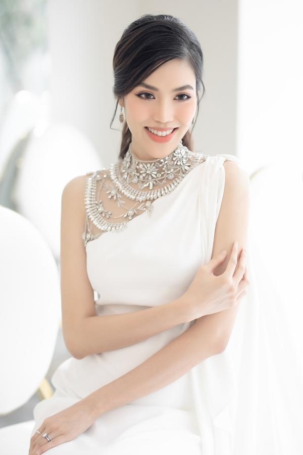 Lan Khuê diện váy trắng thanh lịch, khoe nhan sắc khi tham gia một sự kiện ở TP HCM, chiều 30/7.