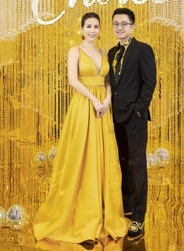 Hoa hậu Thu Hoài lộng lẫy trong bộ váy dạ hội vàng rực, sánh đôi bạn trai kém tuổi Trí Tống.