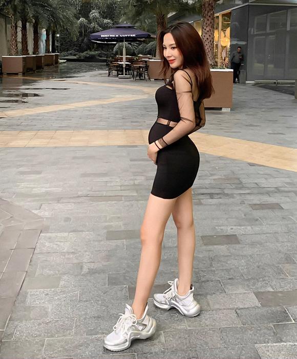 Việc mang thai không ảnh hưởng đến phong cách sexy của Hà Đinh. Cô vẫn diện váy bó khoe đường cong, kết hợp giày thể thao để thuận tiện di chuyển và tránh ảnh hưởng đến em bé trong bụng.