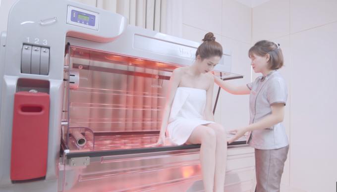 Ngọc Trinh quấn khăn gợi cảm, khoe trải nghiệm công nghệ tắm trắng mới - 4