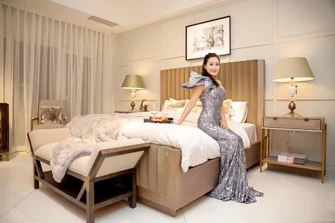 Đồ nội thất trong phòng ngủ cơ bản gồm: giường, tủ đầu giường, đèn, ghế ngồi đọc sách...