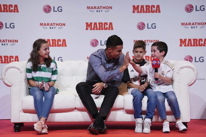 C. Ronaldo lịch lãm ngày trở lại Madrid nhận giải 'Huyền thoại'