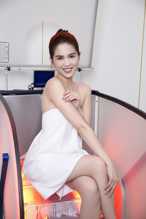 Ngọc Trinh quấn khăn gợi cảm, khoe trải nghiệm công nghệ tắm trắng mới - 1