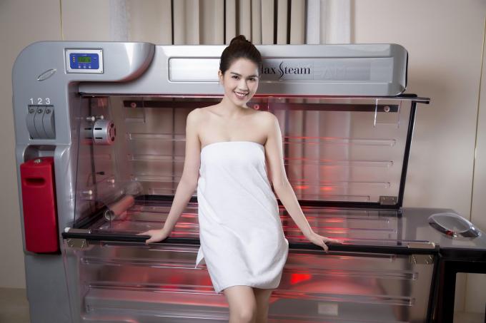 Ngọc Trinh quấn khăn gợi cảm, khoe trải nghiệm công nghệ tắm trắng mới - 5