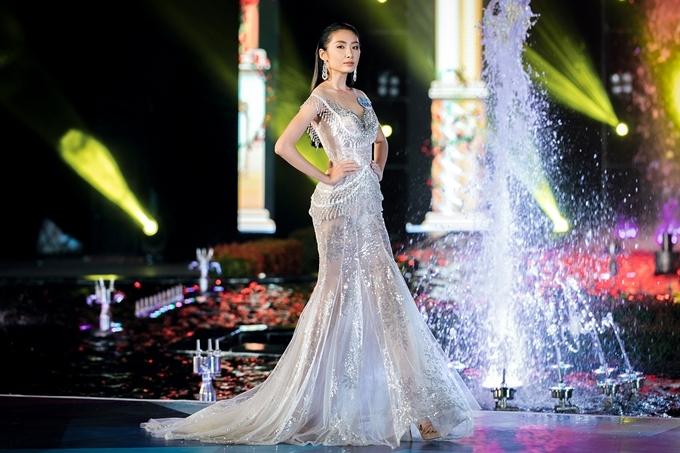 Tối 28/7, top 39 toàn quốc Hoa hậu Thế giới Việt Nam 2019 trình diễn trong đêm thi Top Model. Dàn thí sinh diện trang phục dạ hội trong bộ sưu tập Đôi cánh thần Vệ nữ của nhà thiết kế Phạm Đăng Anh Thư.