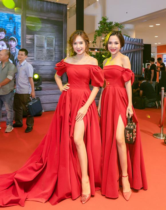 Nhiều lần đồng hành cùng Minh Hà ở các event do vợ chồng đàn chị chủ trì, cô gái 9X chọn xiêm y lộng lẫy không kém dàn nghệ sĩ khách mời nổi tiếng.