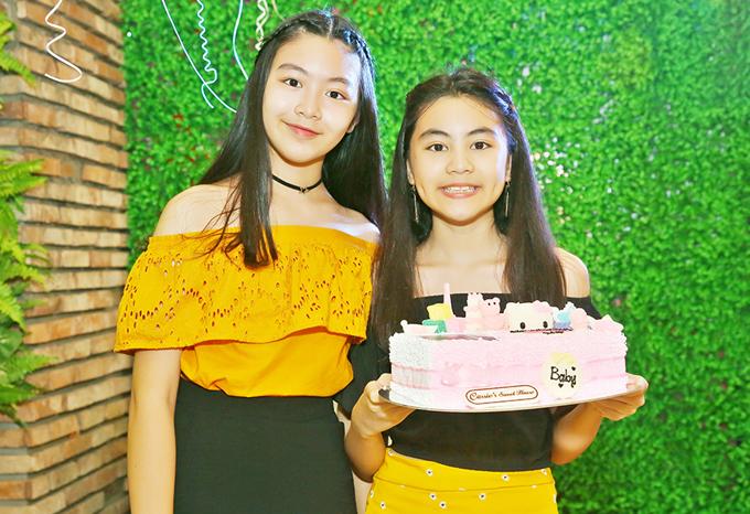 Hai con gái của Quyền Linh đã lớn bổng, ra dáng thiếu nữ. Bé Hạt Dẻ - con thứ hai của Quyền Linh cũng sinh vào tháng 7 giống bố.