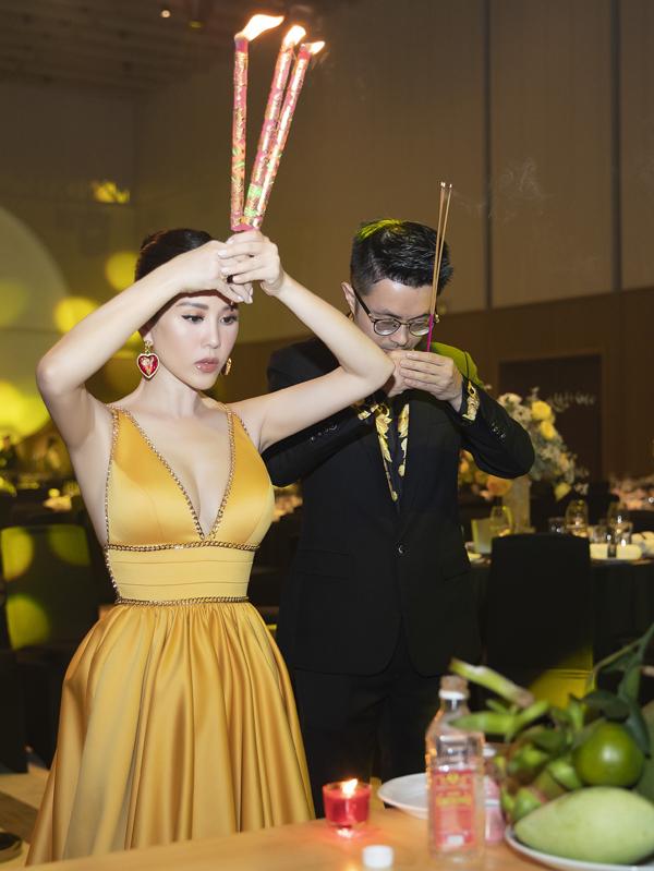 Cặp đôi thắp nhang lạy Phật, mong sự kiện kỷ niệm 16 năm thành lập Viện thẩm mỹ và khai trương cơ sở làm đẹp mới của Thu Hoài ở TP HCM diễn ra thành công.