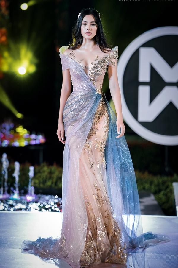 Hoa hậu Tiểu Vy trình diễn vị trí vedette.