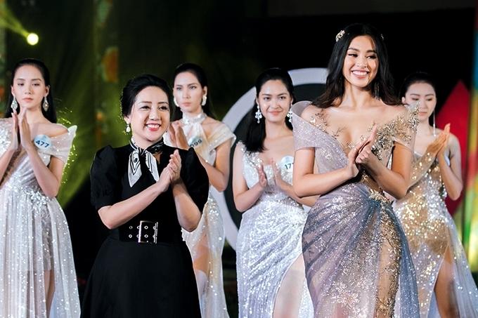 Nhà thiết kế Anh Thư (váy đen) và các thí sinh chào khán giả.