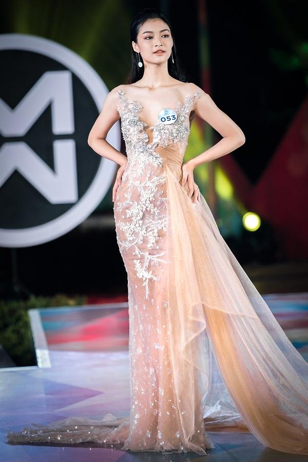 Xuyên suốt bộ sưu tập là những chiếc váy dạ hội bay bổng, với nhiều tà bằng tơ lưới dệt ánh kim, đính kết thêm trang sức .