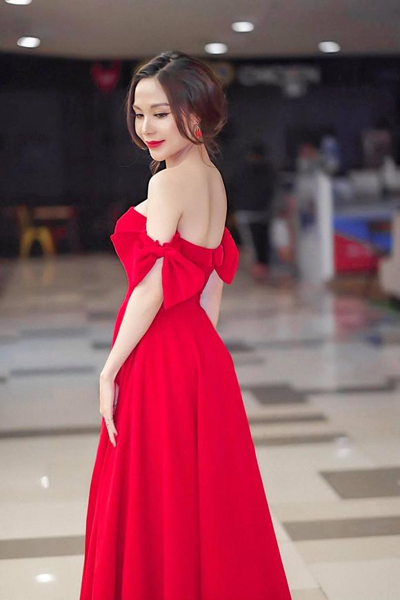Bộ đầm trễ vai đỏ rực tôn lên làn da trắng mịn, tấm lưng nuột nà của nữ thiết kế trẻ.