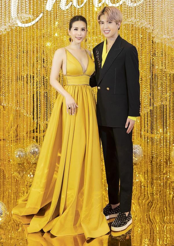 Con trai đầu của Hoa hậu Phu nhân 2012 đã cao hơn mẹ. Anh tới phụ giúp tiếp đón các khách mời.