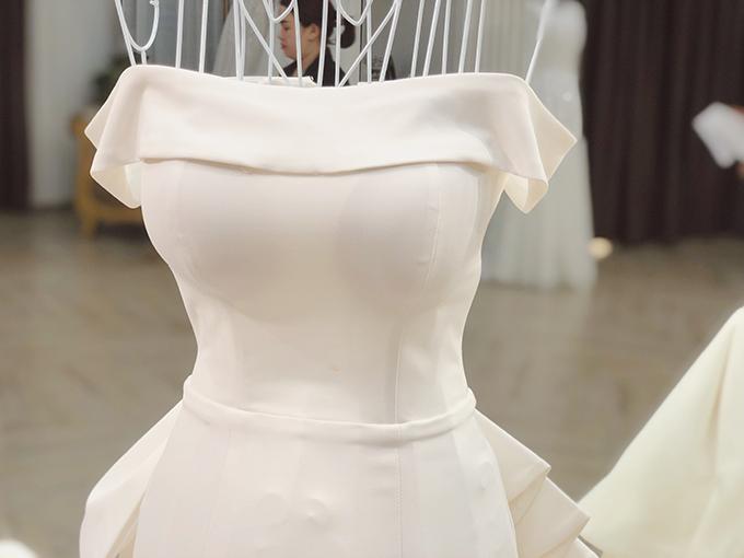 Thiết kế trễ vai giúp cô dâu khoe khéo bờ vai mảnh dẻ, cánh tay thon gầy.