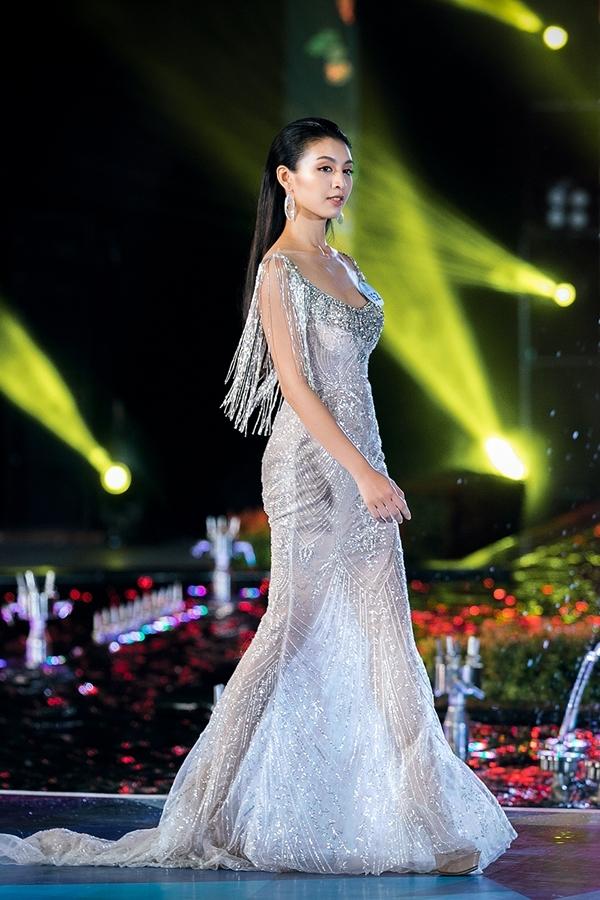 Lê Thanh Tú lộng lẫy với một thiết kế xuyên thấu. Cô từng dự thi Hoa hậu Hoàn vũ Việt Nam 2017, Hoa hậu Việt Nam 2018.