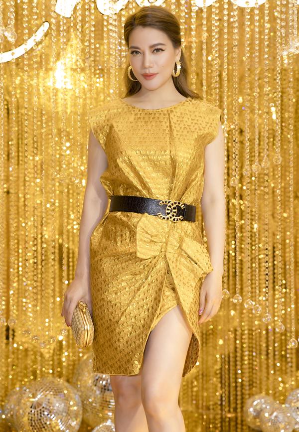 Diễn viên Trương Ngọc Ánh sành điệu với trang phục, phụ kiện ton-sur-ton.