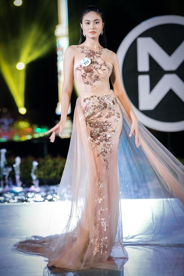 Hoàng Thị Bích Ngọc cao 1,73m, là Á khôi 1 Miss Photo 2017. Người đẹp bước đi uyển chuyển trong thiết kế đuôi cá có phần tà dài quét đất.