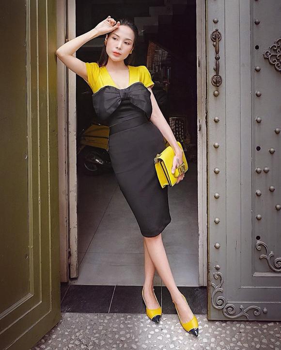 Cô cũng chú trọng pha trộn màu sắc trên trang phục và phụ kiện để tạo nên tổng thể hài hòa.