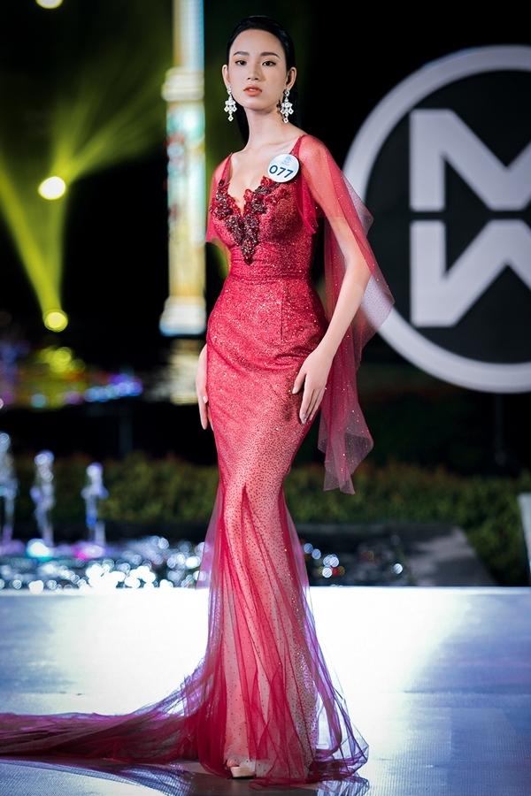 Trần Hoàng Ái Nhi khoe vòng eo 58 cm với váy dạ hội tông đỏ rực rỡ.