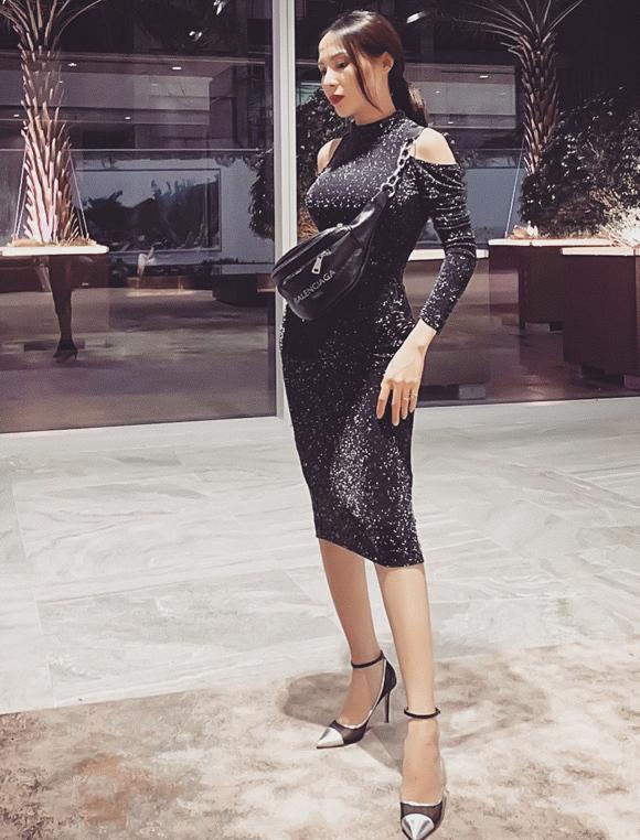 Người đẹp yêu thích phom váy ôm sát, khai thác lợi thế đường cong gợi cảm.