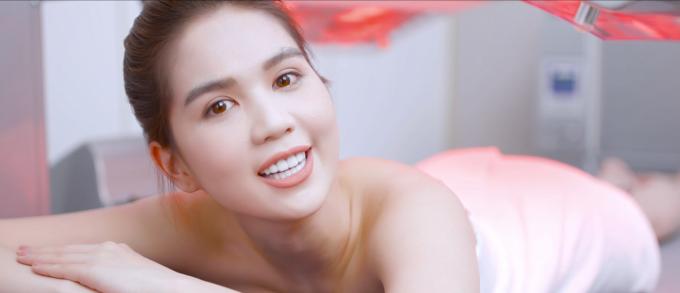 Ngọc Trinh quấn khăn gợi cảm, khoe trải nghiệm công nghệ tắm trắng mới - 3