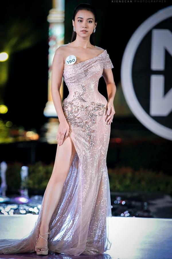 uyên suốt BsT là  những chiếc váy dạ  hội  bay bổng,  với  nhiều  tà , cánh  Mỏng  manh bằng  tơ  lưới  dệt ánh  kim , nhấn  nhá  với  điểm  đính  kết lộng  lẫy  bằng  trang sức .