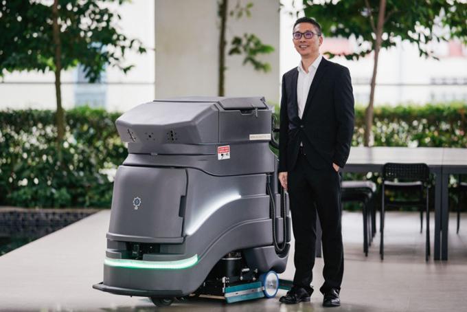 Vernon Kwek đứng bên cạnh thiết bị vệ sinh của công ty Primech. Ảnh: Straitstimes.