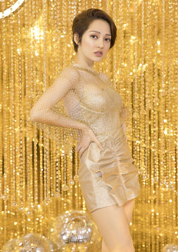 Ca sĩ Bảo Anh chọn váy ngắn, phần trên đắp vải lưới xuyên thấu, tôn vẻ gợi cảm.