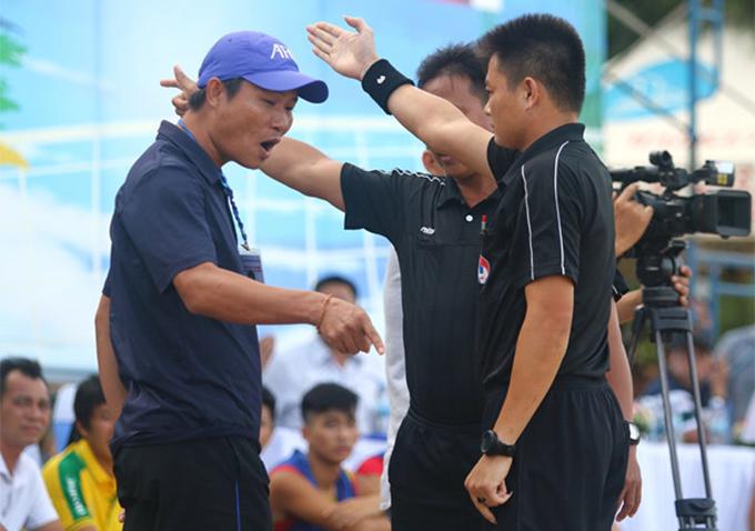 HLV Mai Văn Đức của Đà Nẵng phản ứng trọng tài trong trận chung kết. Ảnh: TN.