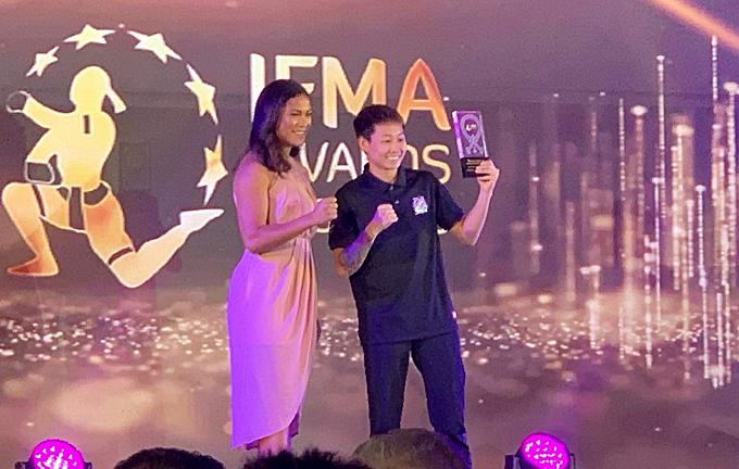 Bùi Yến Ly nhận giải ở Thái Lan.