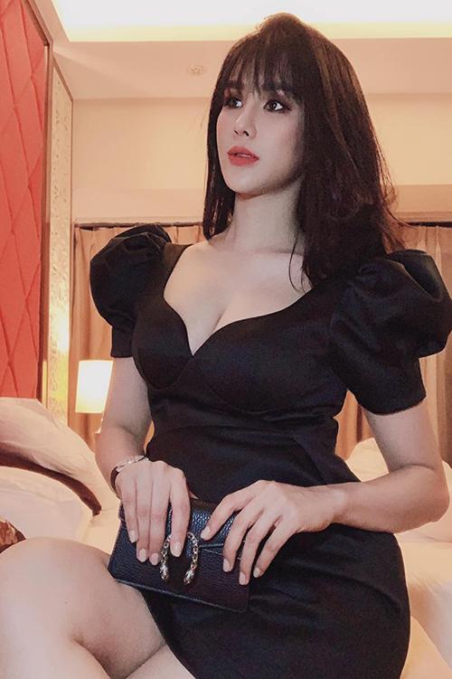 Bà bầu Diệp Lâm Anh diện váy khoét ngực sâu khoe vòng 1 gợi cảm khi tham dự một sự kiện.