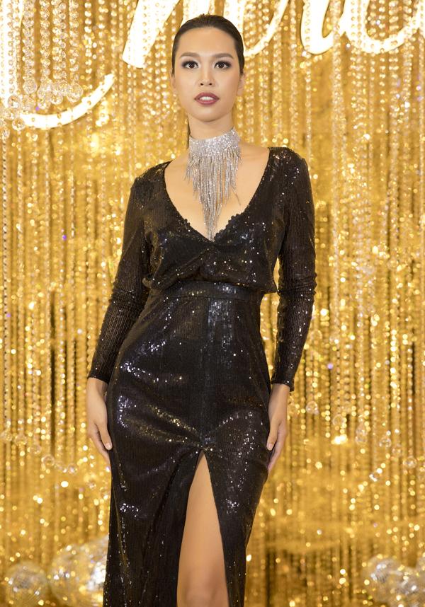 Siêu mẫu Hà Anh xuất hiện với váy ánh kim xẻ vạt cao.