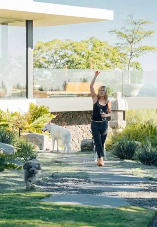 Jennifer Aniston tại biệt thự của cô vào tháng 2/2018, cạnh cô chó Dolly (màu trắng).