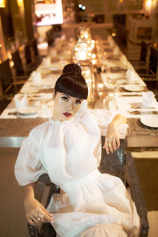 Sắc trắng nhẹ nhàng còn được hai nhà thiết kế biến đổi không ngừng trên nhiều phom váy mang tính ứng dụng cao.