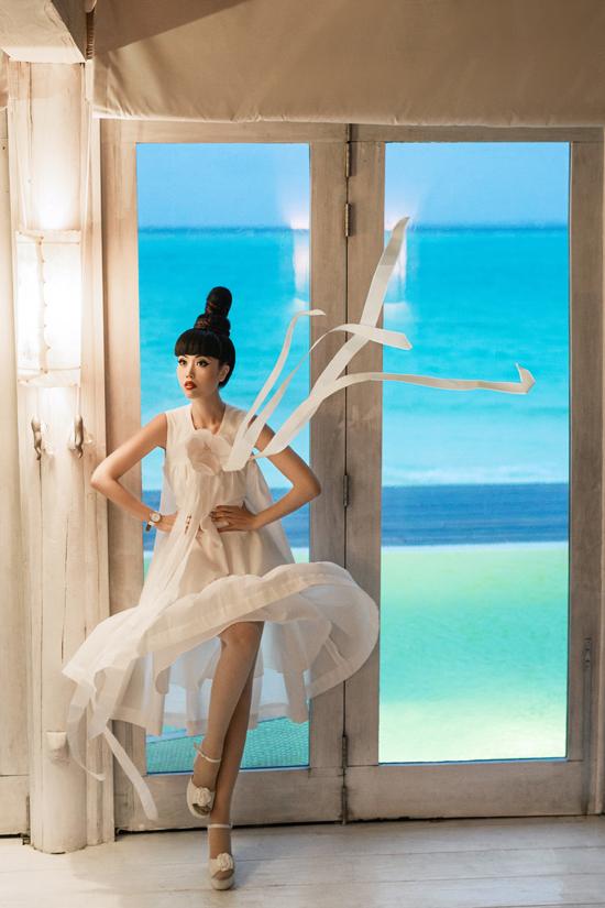 Song song với việc giới thiệu nhiều mẫu mã trang phục, những điểm nhấn nhẹ nhàng như nơ bướm, hoa nổi, dải ruy băng cũng được bố trí khéo léo trên nhiều kiểu váy.