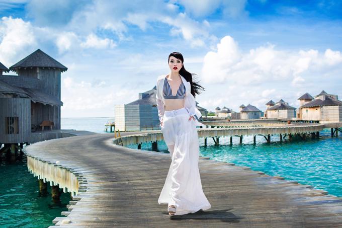 Sau thành công của show diễn Lãng du được tổ chức tại TP HCM, bộ sưu tập mùa hè của Vũ Ngọc & Son được nhiều sao Việt yêu thích và lựa chọn. Trong bộ ảnh mới thực hiện tại bãi biển đẹp, Jessica Minh Anh khiến các trang phục dạ tiệc trở nên cuốn hút hơn với cách tạo dáng của cô.