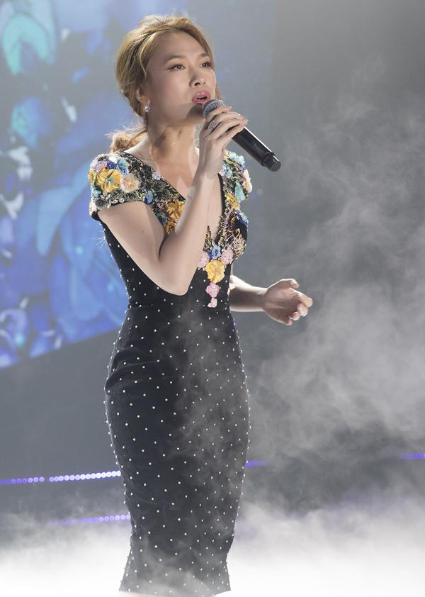 Ca sĩ Mỹ Tâm được mời hát ở đêm này. Cô khoe chất giọng nội lực, đầy cảm xúc với hai bản hit Đừng hỏi em, Vì em quá yêu anh.