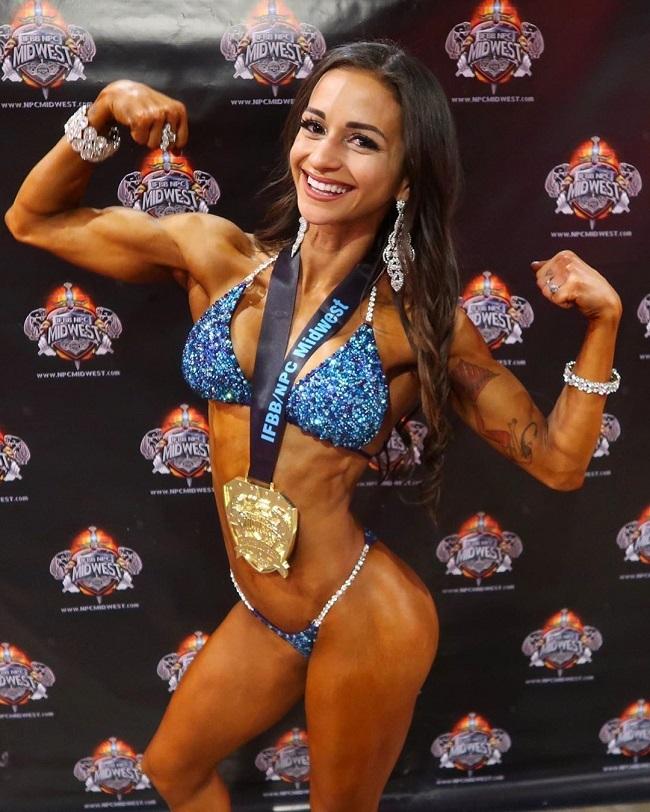 Nathalie nhiều lần tham dự giải đấu chuyên nghiệpdành cho nữ vận động viên thể hình và đạt được thành tích cao.