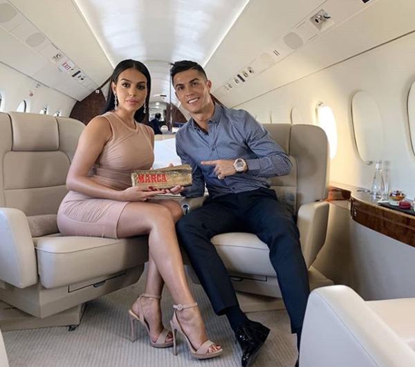 Siêu sao Bồ Đào Nha và bạn gái đi máy bay riêng trở lại Madrid nhận giải Huyền thoại Marca.