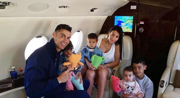 C. Ronaldo và Georgina Rodriguez đón con gái đầu lòng - bé Alana Martina - cuối năm 2017. Danh thủ 34 tuổi còn có ba đứa con riêng là Cristiano Jr và cặp song sinh Eva, Mateo. Cả ba nhóc đều là kết quả quá trình mang thai hộ và C. Ronaldo giấu kín danh tiếng mẹ của các bé.