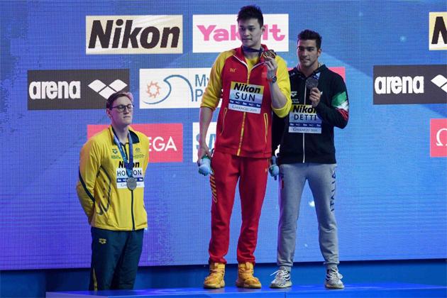 Một ngày trước đó, Sun Yang bị đối thủ Mack Horton tẩy chay trên bục huy chương ở chung kết 200m tự do.
