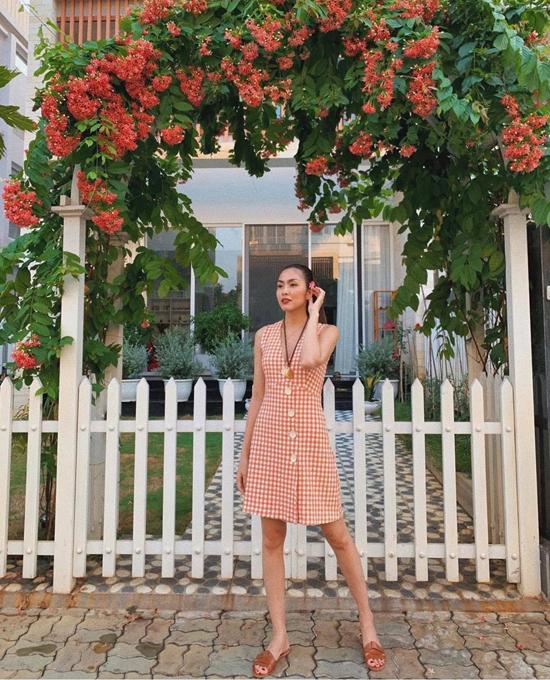Khi đi du lịch, đi chơi, các mẫu váy áo in họa tiết trang nhã được Tăng Thanh Hà lựa chọn để khiến mình trẻ trung hơn.