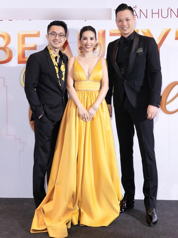 Doanh nhân Philip Lee (ngoài cùng bên phải) - chồng ngôi sao TVB Hồ Hạnh Nhi sang Việt Nam ủng hộ Thu Hoài mở rộng kinh doanh.