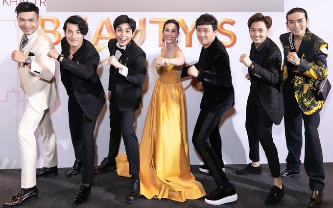 Dàn sao nam của Running Man phiên bản Việt gồm Trương Thế Vinh, Liên Bỉnh Phát, Jun Phạm, Trấn Thành, Ngô Kiến Huy và BB Trần tạo dáng bên bà chủ sự kiện.