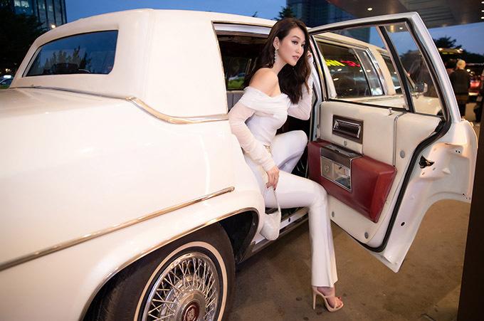 Nữ diễn viên chia sẻ cô chọn ngồi xe này đi sự kiện để phù hợp với không khí buổi ra mắt bom tấn Fast & Furious: Hobbs & Shaw diễn ra tối 30/7, tại TP HCM.