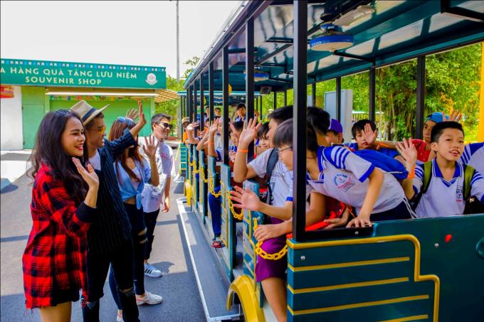 Từ tháng 6 đến tháng 8, Suối Tiêngiảm 50% vé cổng cho học sinh có giấy khen Giỏi - Xuất sắc.